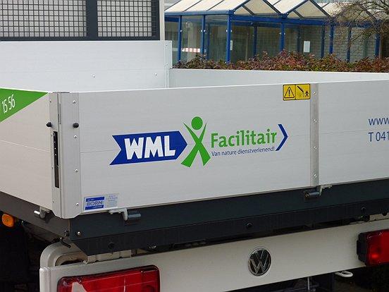 Alle voertuigen van WML Facilitair worden in deze stijl beletterd.