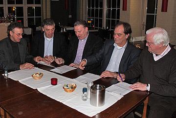 Het contract tussen DESK en WML Facilitair wordt ondertekend. (c) DESK.