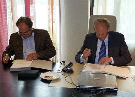 Manager Hans Bax (links) en burgemeester Henk Willems (rechts) zetten hun handtekening onder het schoonmaakcontract. (c) WML Facilitair.