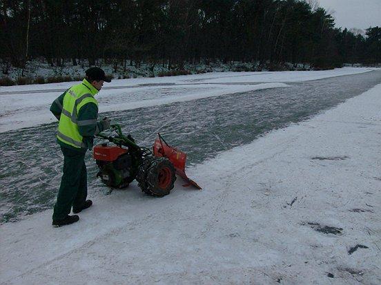 WML Facilitair was onlangs druk doende met gladheidbestrijding en het sneeuwvrij houden van ijsbanen. (c) WML Facilitair.