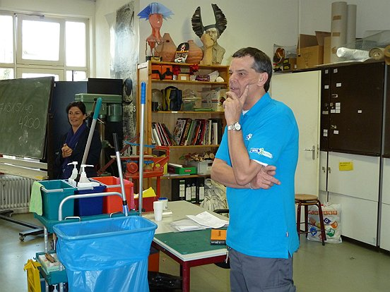 Rayonleider schoonmaak Laura Verhoeven (links) en schoonmaker Toine van Best (rechts) voor de klas in Waalwijk. (c) WML Facilitair.
