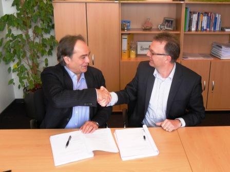 De ondertekening van het contract. John Moolenschot van Stichting Schakelring (rechts) en Hans Bax van WML Facilitair (links). (c) WML Facilitair.