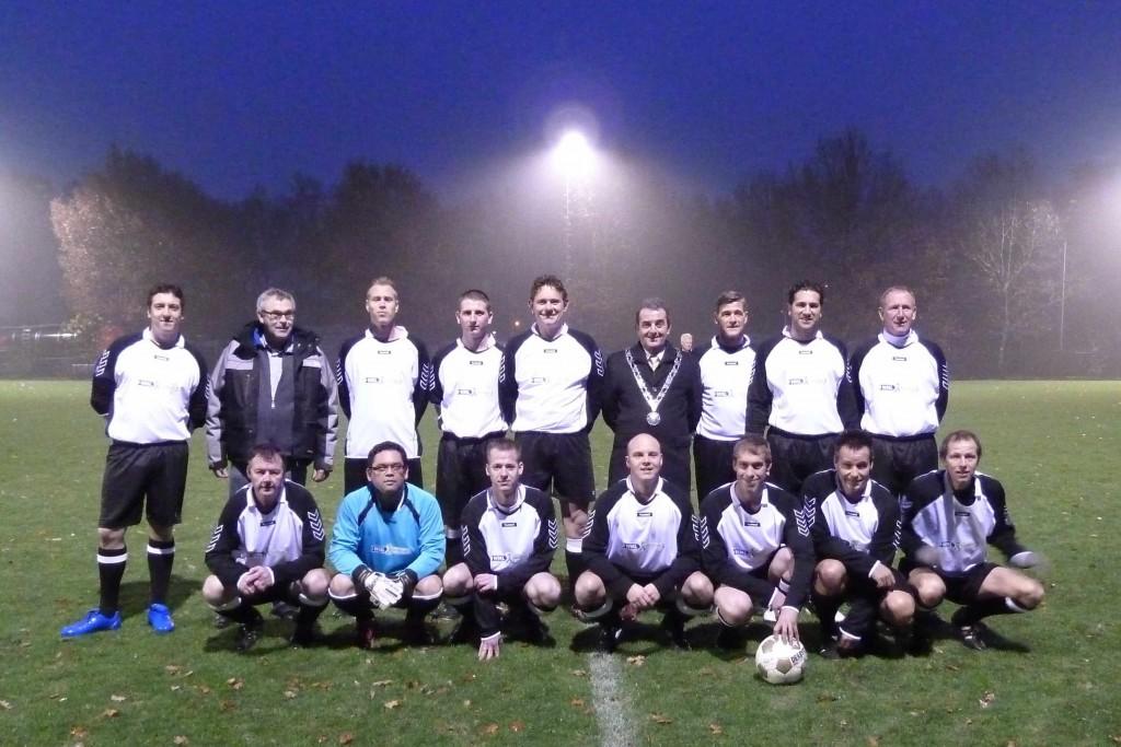 Het voetbalteam van Baanbrekers en WML Facilitair.