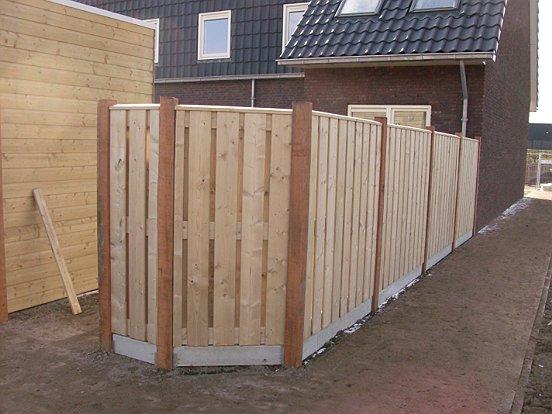 Het eindresultaat: een mooie tuinschutting van hout.