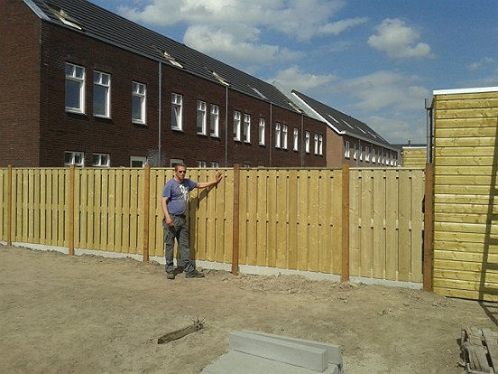 Bij de woningen van Van Wijnen worden ook schuttingen geplaatst door WML Facilitair.