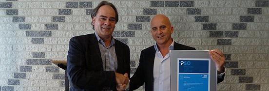 Wethouder Ronald Bakker (rechts) reikt het PSO-certificaat uit aan Hans Bax, directeur van WML Facilitair.