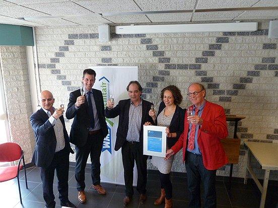 Een feestelijke toost op het behalen van het PSO-certificaat door WML Facilitair. Van links naar rechts: Ronald Bakker (gemeente Waalwijk), Patrick Brom (Dekra), Hans Bax, Saskia van Huijgevoort (WML Facilitair), Hans Hakkennes (extern certificeringsadviseur).