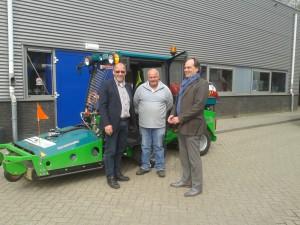 Wethouder van Bokhoven en directeur Hans Bax zijn aanwezig bij de aftrap
