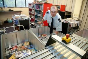 Een collega helpt Jan met het sorteren van de ingeleverde boeken